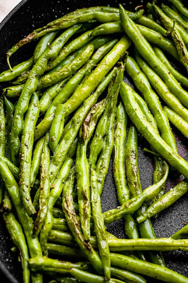 green beans in a black skillet